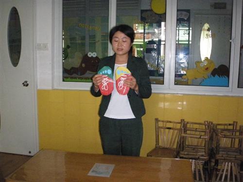 东山大地幼儿园教师教玩具比赛 穿鞋子,穿衣服