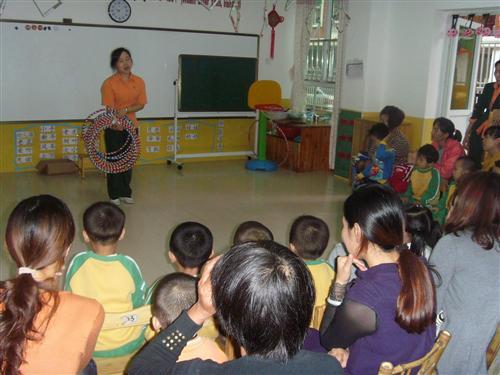 幼儿园排队放学老师简笔画